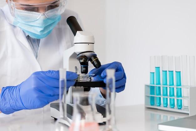 Женщина, работающая в лаборатории