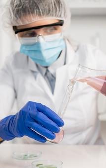 실험실에서 일하는 여자를 닫습니다.