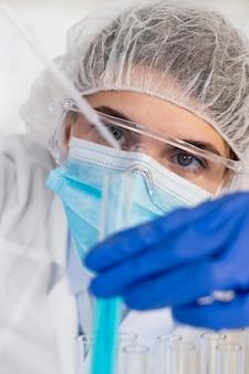 실험실 초상화에서 일하는 여자