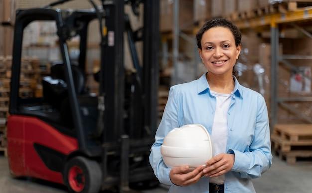 倉庫で働く女性