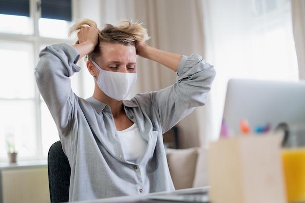 사무실에서 일하는 여성은 스트레스, 정신 건강, 코로나바이러스 개념을 느끼고 있습니다.