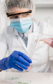 Donna che lavora in laboratorio si chiuda