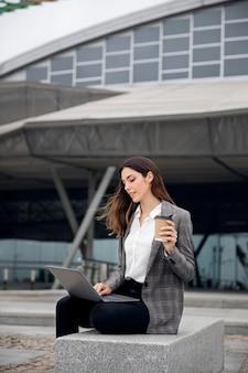 Donna che lavora al laptop, ripresa media