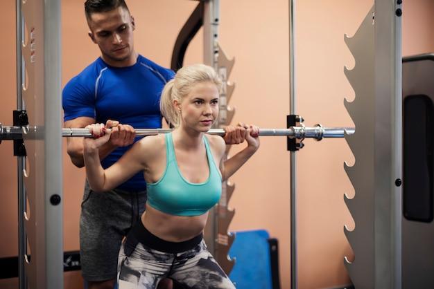 Donna che lavora alla corporatura muscolare