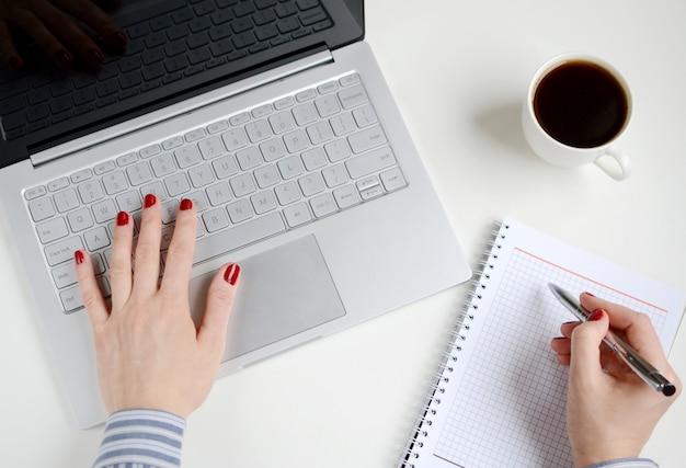 Женщина работает на ноутбуке в офисе