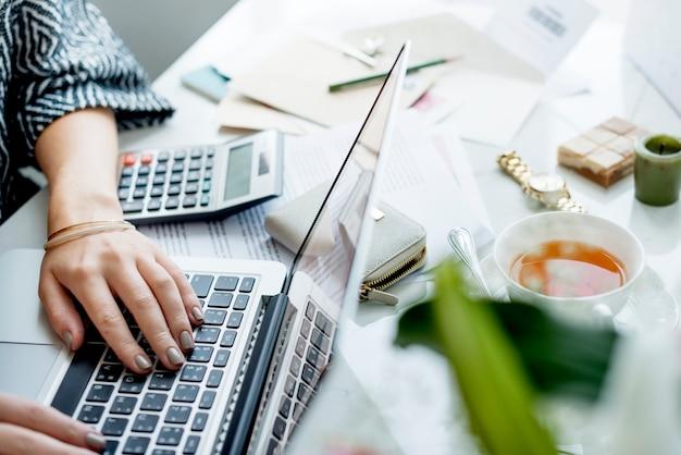 コンピューターのラップトップで働く女性