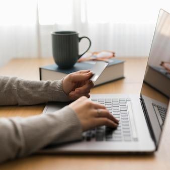 自宅のラップトップで働く女性