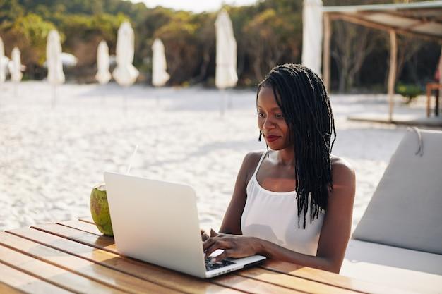 야외에서 노트북에서 일하는 여자