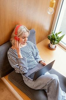 ノートパソコンで働く女性