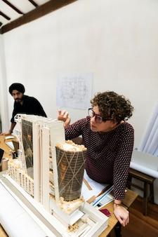 Женщина, работающая над образцом модели для работы
