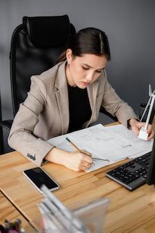 Женщина, работающая над проектом возобновляемых источников энергии