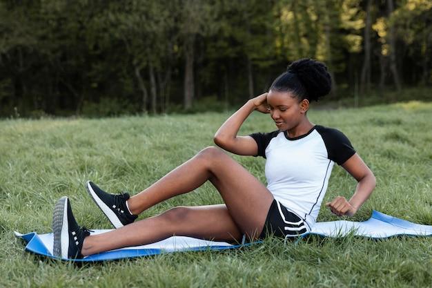 屋外で一人で運動する女性
