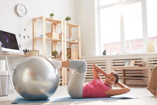 집에서 운동하는 여자