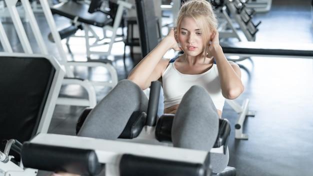 Женщина работает в тренажерном зале, здоровье и фитнес-концепция