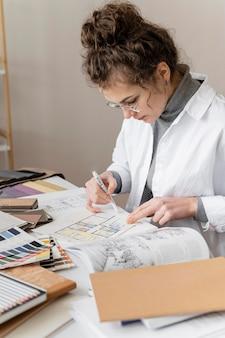 Donna che lavora alla ristrutturazione del progetto