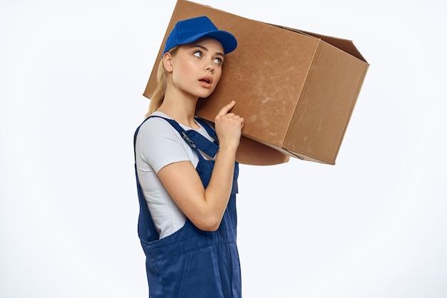 手で制服ボックスを働く女性