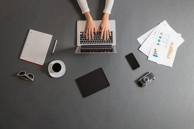 노트북을 사용 하여 작업하는 여자. 비즈니스 우먼의 오버 헤드 이미지