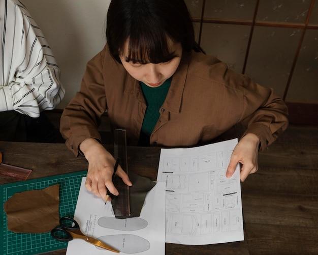 Donna che lavora con il colpo medio del righello