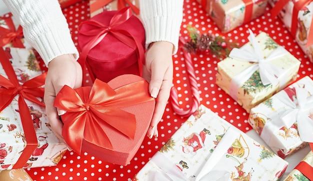 クリスマスのギフトボックスを包む女性