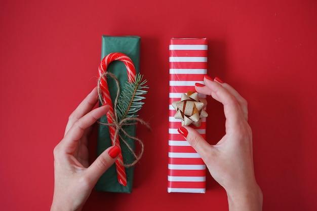 여자는 휴일을위한 선물을 포장합니다
