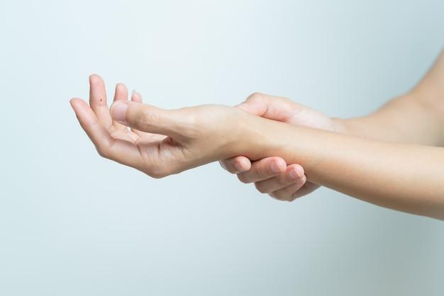 여자 손목 팔 통증. 사무실 증후군 건강 관리 및 의학 개념