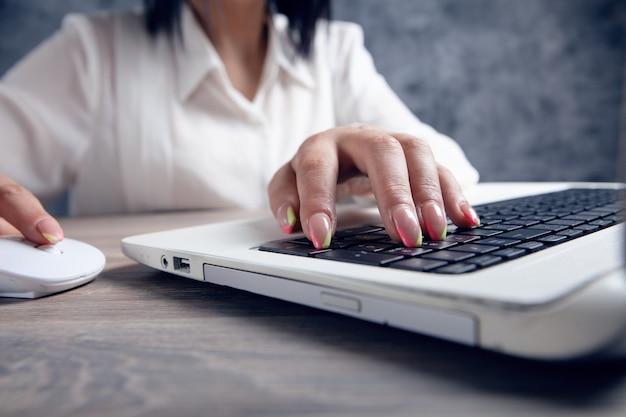 女性はキーボードで書く