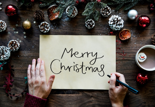 Женщина, написание рождественской открытки