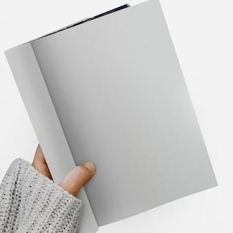 コロナビルの間にノートブックのモックアップで平等を書く女性