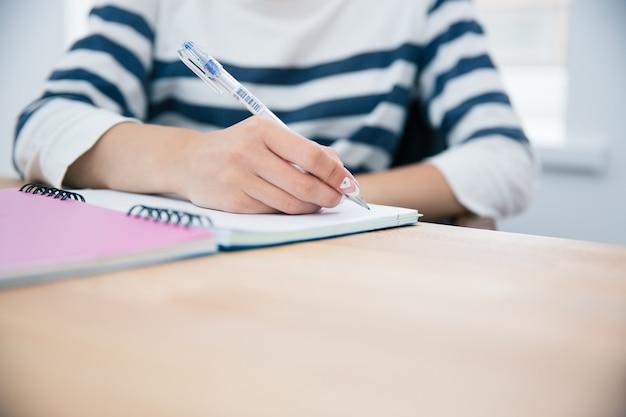 メモ帳で書く女性