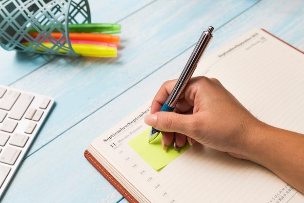 Женщина пишет записку в дневнике