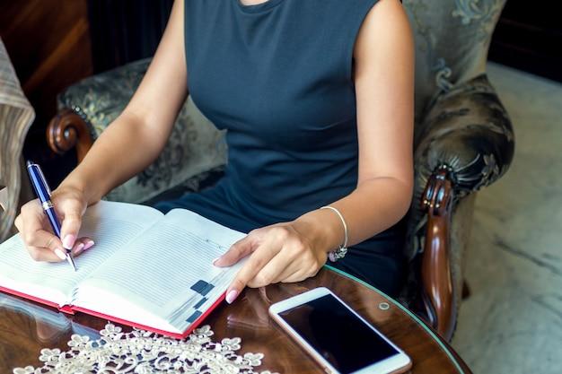 Планы письма женщина в учебнике в домашнем интерьере