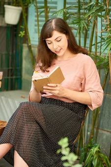 Женщина пишет мысли в дневнике