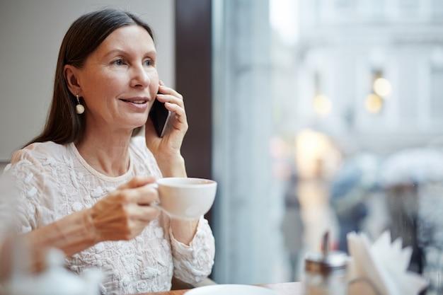 電話を使用して老woman