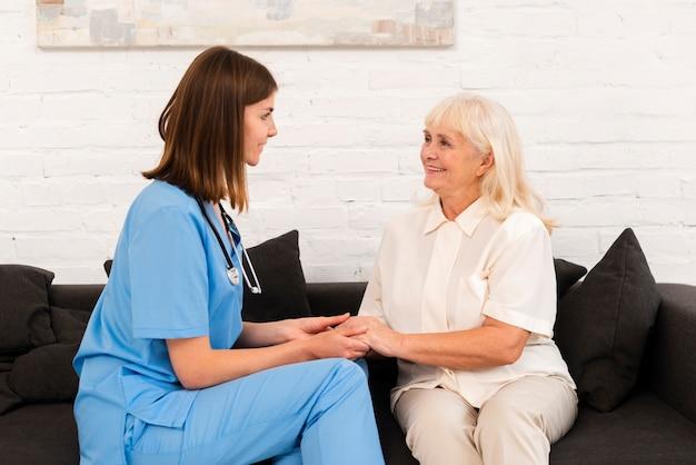 介護者と黒いソファに座っている老woman