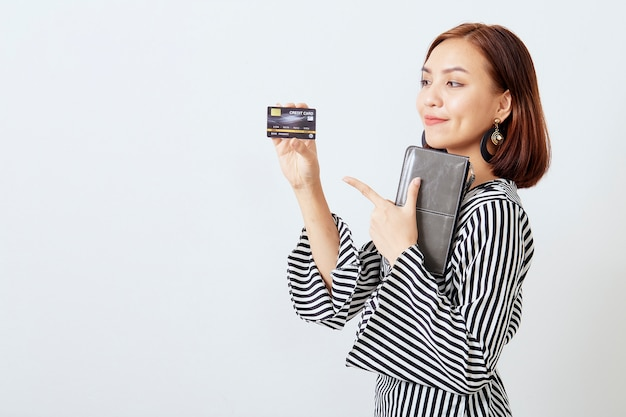 Азиатская женщина womanbusiness, представляя кредитную карту