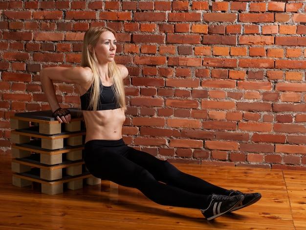 Womanl делает фитнес-упражнение