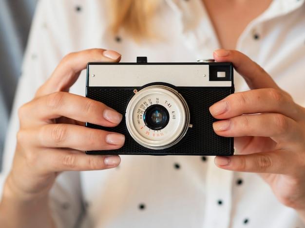 Womann держа камеру устройства