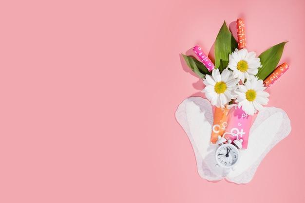 여성의 편안함과 위생적인 보호, 월경, 분홍색 배경의 생리대. 중요한 날.복사 공간