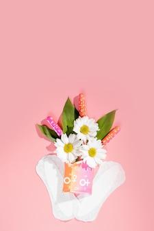 여성의 편안함과 위생적인 보호, 월경, 분홍색 배경의 생리대. 중요한 날.