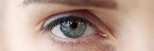 영구 눈꺼풀과 눈썹 메이크업 근접 촬영 시력 교정 개념을 가진 여자의 눈