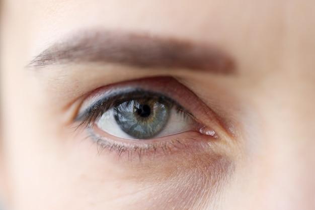 Женский глаз с перманентным макияжем век и бровей. концепция коррекции зрения