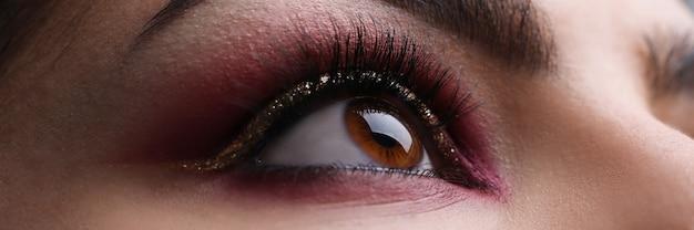 Женщины сталкиваются с крупным планом профессиональный макияж глаз