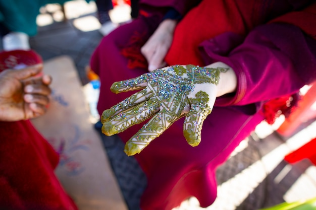 ヘナで飾られた女性の手