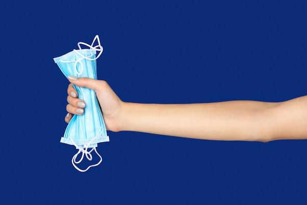 고전적인 파란색 배경에 보호 마스크를 들고여 대 손