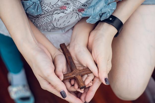 十字架で女性の手希望信仰キリスト教宗教教会オンラインの概念