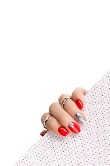 Женская рука с модным красным маникюром.