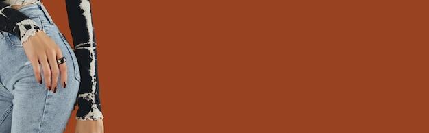 유행 갈색 매니큐어 가을 네일 디자인으로 여자 손