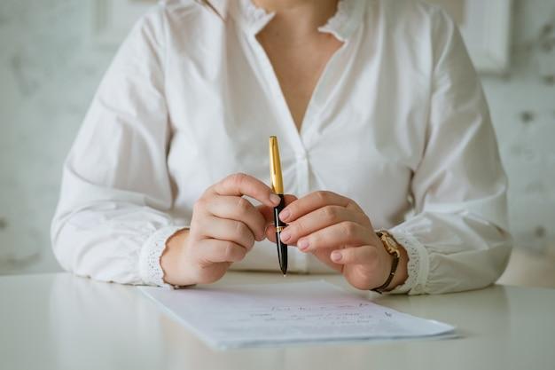 문서 작업 사업가의 펜 손으로 시트에 쓰는 여자 손