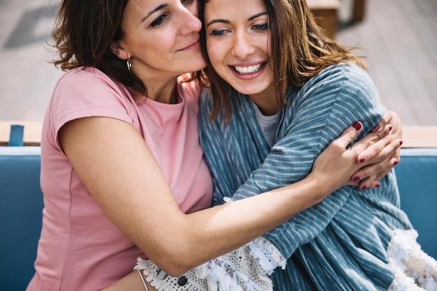 ソファで抱擁する女性