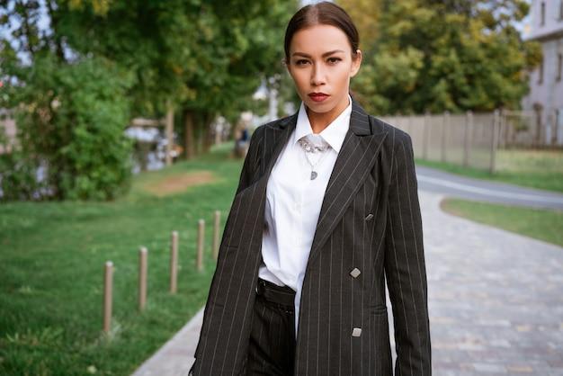 スーツを着た白人民族の都市ビジネス若い女性の路上での女性の肖像画と...